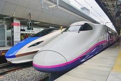 Un tren de bala de alta velocidad de Shinkansen de la serie azul y blanca E7 Imagen de archivo libre de regalías