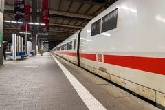 Un tren de bala interurbano del HIELO de Deutsche Bahn espera en el ferrocarril principal Munchen Hauptbahnhof de Munich Imagenes de archivo