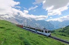 Un tren de la rueda del diente que viaja en el ferrocarril famoso de Jungfrau del top de la estación de Jungfraujoch de Europa Imágenes de archivo libres de regalías