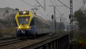 Un tren de la tarde que viene de una ruta larga fotografía de archivo libre de regalías