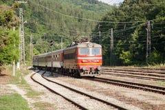 Un tren de pasajeros llega la estación imagen de archivo