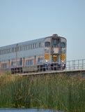 Un tren de pasajeros que se acerca abajo de las vías Fotos de archivo libres de regalías