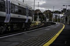 Un tren de paso en un día del frío muy Imagenes de archivo