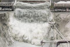 Un tren descarga el mineral Imagen de archivo
