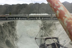 Un tren descarga el mineral Foto de archivo