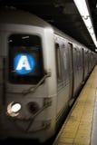 Un tren en Nueva York imagenes de archivo