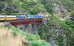 Un tren en un viaducto foto de archivo