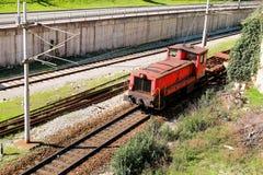Un tren locomotor del viejo transporte rojo en el ferrocarril Tren rojo Tren eléctrico viejo que se mueve por diseño anticuado de Imágenes de archivo libres de regalías