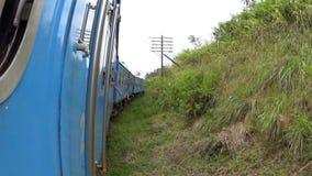 Un tren que pasa a través de los campos almacen de video