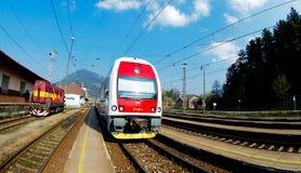 Un tren regional de Slovac está esperando en la estación Imagenes de archivo