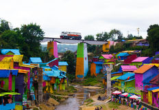 Un tren sobre Jodipan el pueblo de Colorize imagenes de archivo