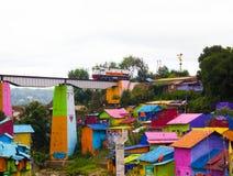 Un tren sobre Jodipan el pueblo de Colorize fotos de archivo