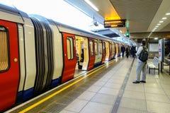 Un tren subterráneo de Londres se sienta en la plataforma en la estación de Paddington Fotos de archivo libres de regalías