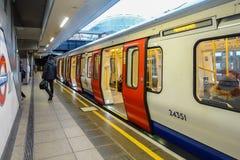 Un tren subterráneo de Londres se sienta en la plataforma en la estación de Paddington Foto de archivo libre de regalías