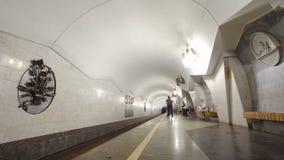 Un tren subterráneo que sale de la estación de metro de Pushkinska en la línea de Saltivska de hyperlapse del timelapse del metro almacen de video