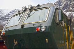 Un tren verde en el ferrocarril famoso de Flam en Noruega Fotografía de archivo libre de regalías
