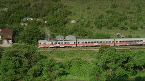 Un treno che passa attraverso un pò di legno stock footage