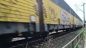 Un treno commovente della ferrovia tedesca nella città di Cochem accanto al fiume Mosella stock footage