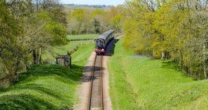 Un treno d'annata della corrente che attraversa la campagna inglese Fotografia Stock Libera da Diritti