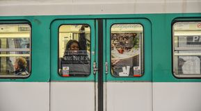 Un treno della metropolitana a Parigi, Francia fotografie stock