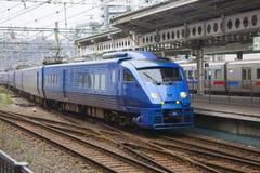 30 08 2015 Un treno espresso dei 883 paesi delle meraviglie dalla ferrovia Compa di Kyushu Immagine Stock Libera da Diritti