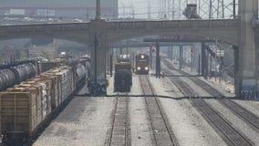 Un treno merci che si avvicina nelle iarde della ferrovia di Los Angeles del centro stock footage