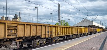 Un treno merci giallo lungo fotografie stock