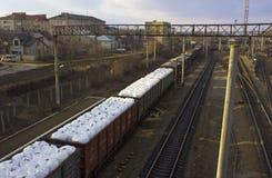 Un treno merci trasporta i pacchetti bianchi, vista urbana Immagine Stock Libera da Diritti