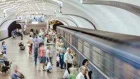Un treno sotterraneo che parte dalla stazione della metropolitana di Plosha Povstannya sulla linea di Oleksievska di timelapse de archivi video