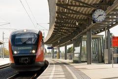 Un treno in tempo Immagini Stock