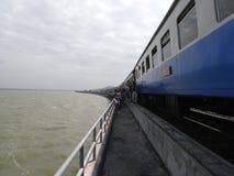 Un treno turistico stagionale della diga di PA Sak Jolasid si è fermato su un ponte della diga in Lopburi fotografia stock