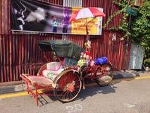 un triciclo colorido parado en la calle fotos de archivo libres de regalías