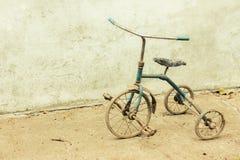 Triciclo raquítico viejo imagen de archivo