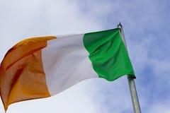 Un tricolore irlandais le drapeau national du vol de la république d'Irlande dans une brise raide images libres de droits