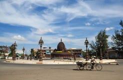 Un tricycle d'équitation d'homme sur la rue dans la ville de Kep, Cambodge photos stock