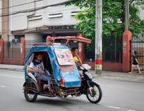 Un tricycle fonctionnant sur la rue à Manille, Philippines images libres de droits