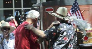Un trio des vieux amis réunissent à un Car Show de vintage en Santa Fe Photos libres de droits