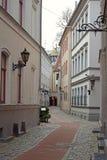 Un trottoir dans toute la cour de bâtiment historique de Riga Images stock