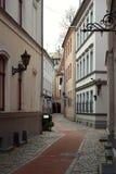 Un trottoir dans toute la cour de bâtiment historique de Riga Photos stock