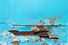 Un trou dans le bleu de fer de feuillard Le bord du trou corrompu par Photos libres de droits