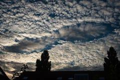 Un trou de fallstreak, également connu sous le nom de nuage de trou de poinçon ou trou de nuage, apparaissant en nuages d'altocum image stock