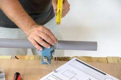 Un tubo del PVC del taglio dell'idraulico immagini stock libere da diritti