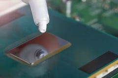 Un tubo di grasso termico sopra il chip di unit? di elaborazione fotografia stock libera da diritti