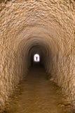 Un tunnel che può accomodare soltanto una persona, profondo, misterioso, incredibile immagini stock