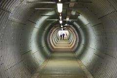 Un tunnel circolare lungo di pedestiran ha rivestito in metallo ondulato Fotografia Stock Libera da Diritti