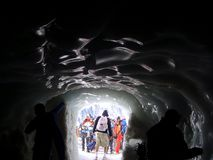 Un tunnel de glace sur le massif de montagne de Mont Blanc photos libres de droits