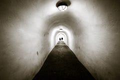 Un tunnel lungo con le pareti bianche ed il soffitto incurvato Due genti AR immagini stock libere da diritti