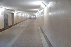 Un tunnel pedonale è vuoto senza gente Sottopassaggio con luce beige immagine stock