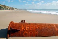«Retenez» le signe à la plage photos stock