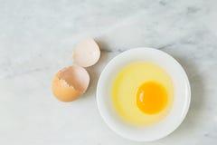 Un tuorlo d'uovo in ciotola bianca Immagini Stock